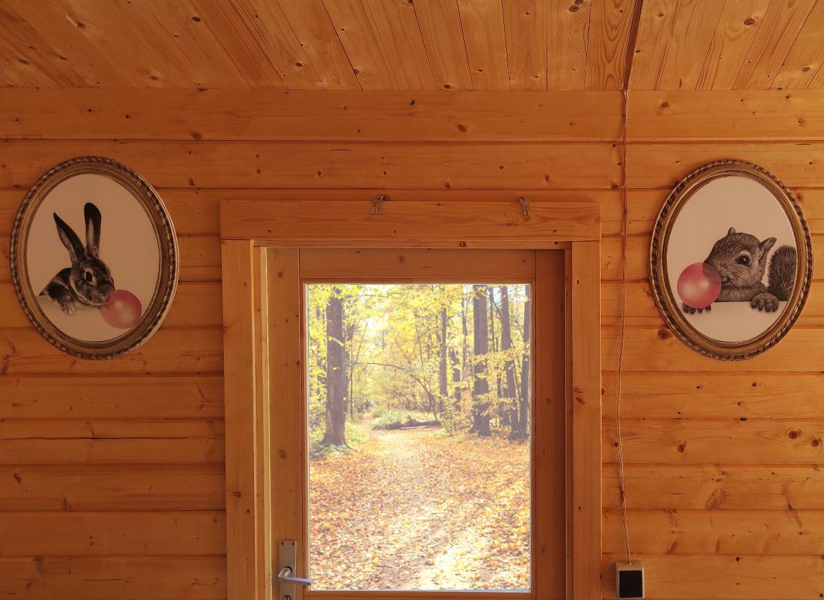 Cuadros divertidos en cabaña de madera
